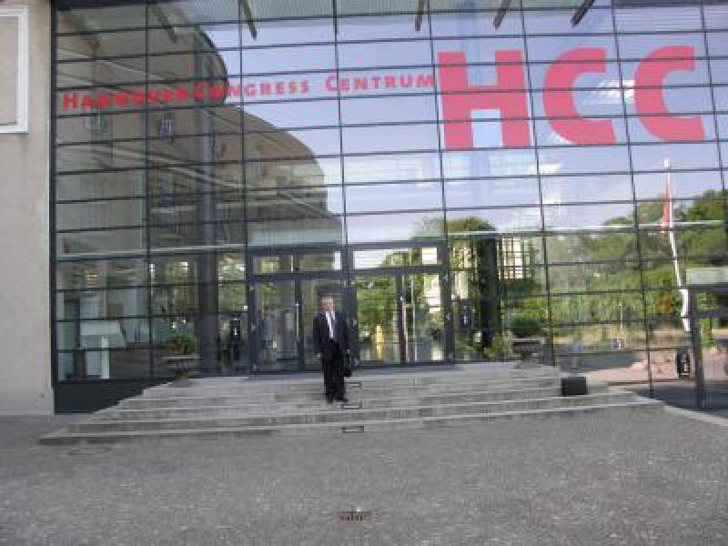 В.Тарасов у входа в Конгресс — центр Ганновера, земля Нижняя Саксония,Германия.